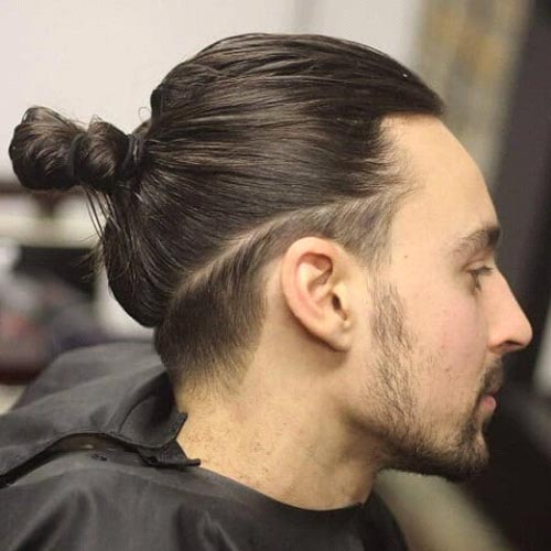 Small Undercut Hairstyle for Men with Long Hair Peinado sin cortar lateral bajo para hombres con cabello largo.