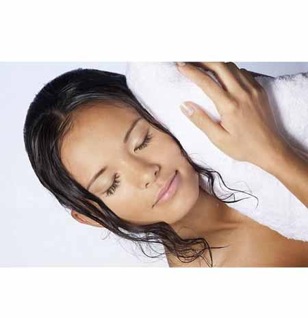 dormir con el cabello mojado daña el cabello