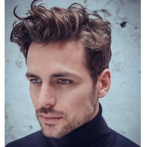 cortes de cabello para hombres de cabello ondulado peinado hacia arriba