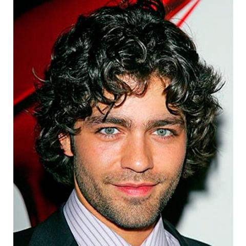 cortes de cabello para hombres de cabello ondulado definidos con una barba sutil