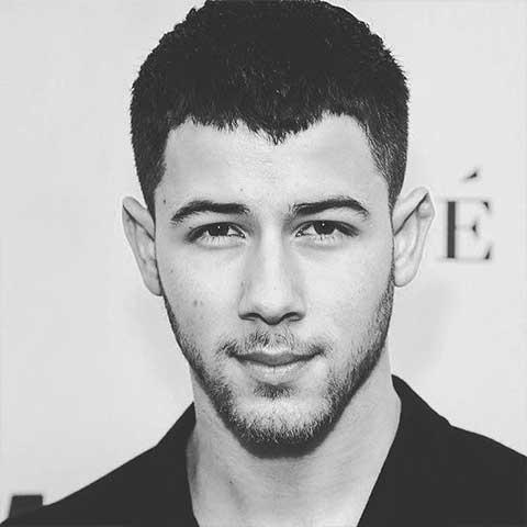 cortes de cabello para hombres con entradas en Nick Jonas