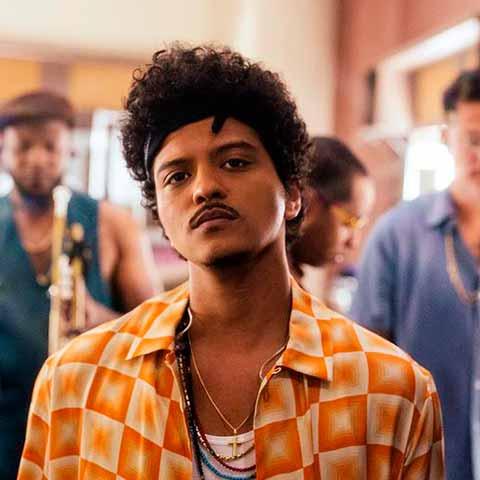 corte afro en moreno de Bruno Mars