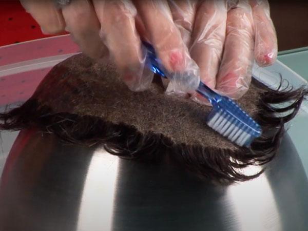removiendo el pegamento ultra hold en protesis capilar con lace front